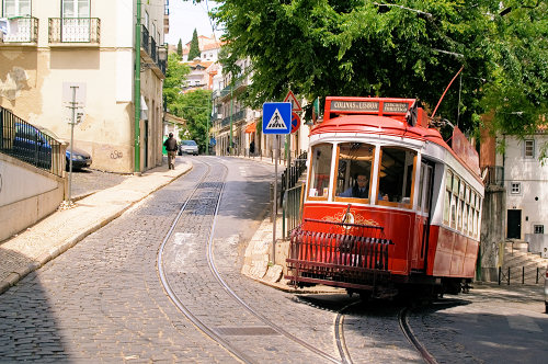 the famous Electrico (Lisboa / Lisbon, Portugal, Photo by Laurenz Bobke)