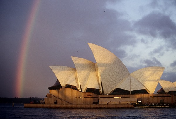 Sydney: Opera house with rainbow. Photo: L. Bobke