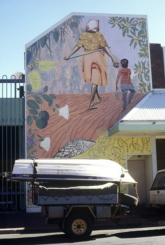 Wall painting & boat, Alice Springs. Photo: L. Bobke