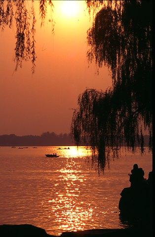 Sunset over the Kunming lake.