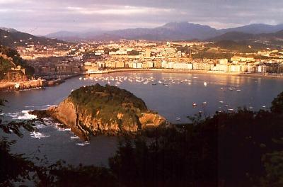 San Sebastián (Donostia): view from Monte Igueldo: Playa de la Concha.. Photo: L. Bobke