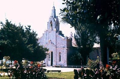 Muschel-verzierte Kirche auf der Isla de la Toja. Photo: L. Bobke