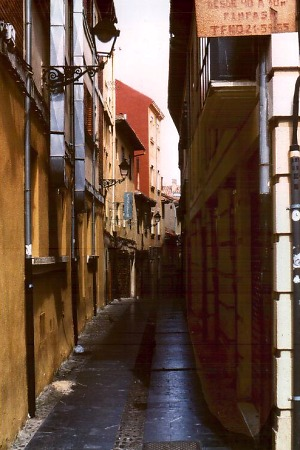 Enge Straße in Santiago de Compostela. Foto: L. Bobke